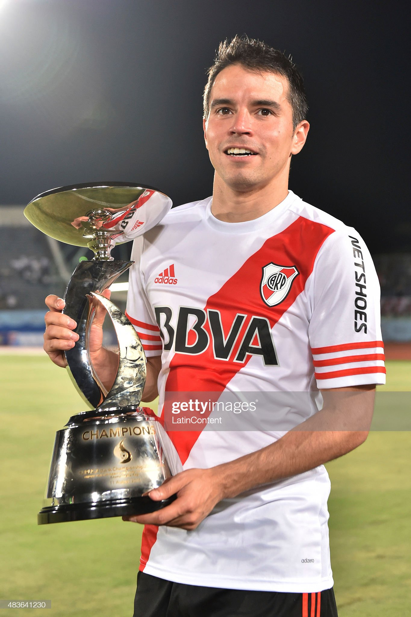 ¿Cuánto mide Javier Saviola? - Altura - Real height Javier-saviola-of-river-plate-poses-with-the-trophy-after-winning-a-picture-id483641230?s=2048x2048