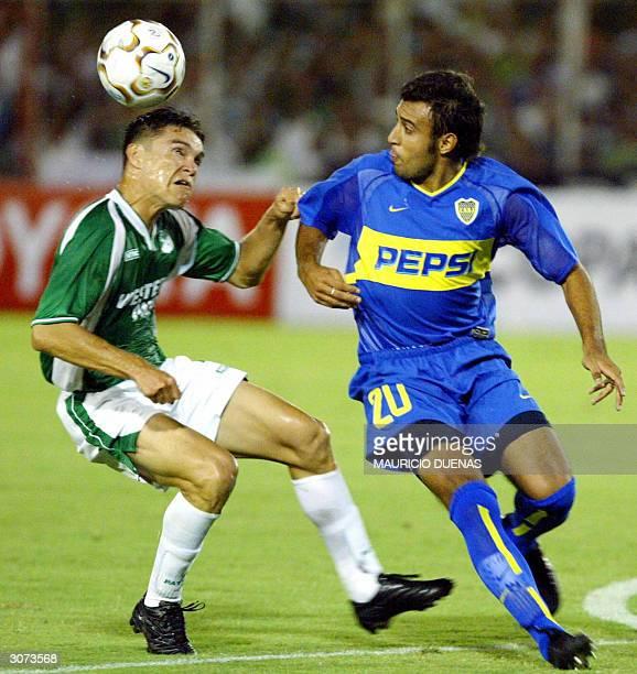 Javier Villarreal de Boca Juniors de Argentina disputa el balon con Giovany Garcia del Deportivo Cali el 10 de Marzo de 2004 durante el juego...