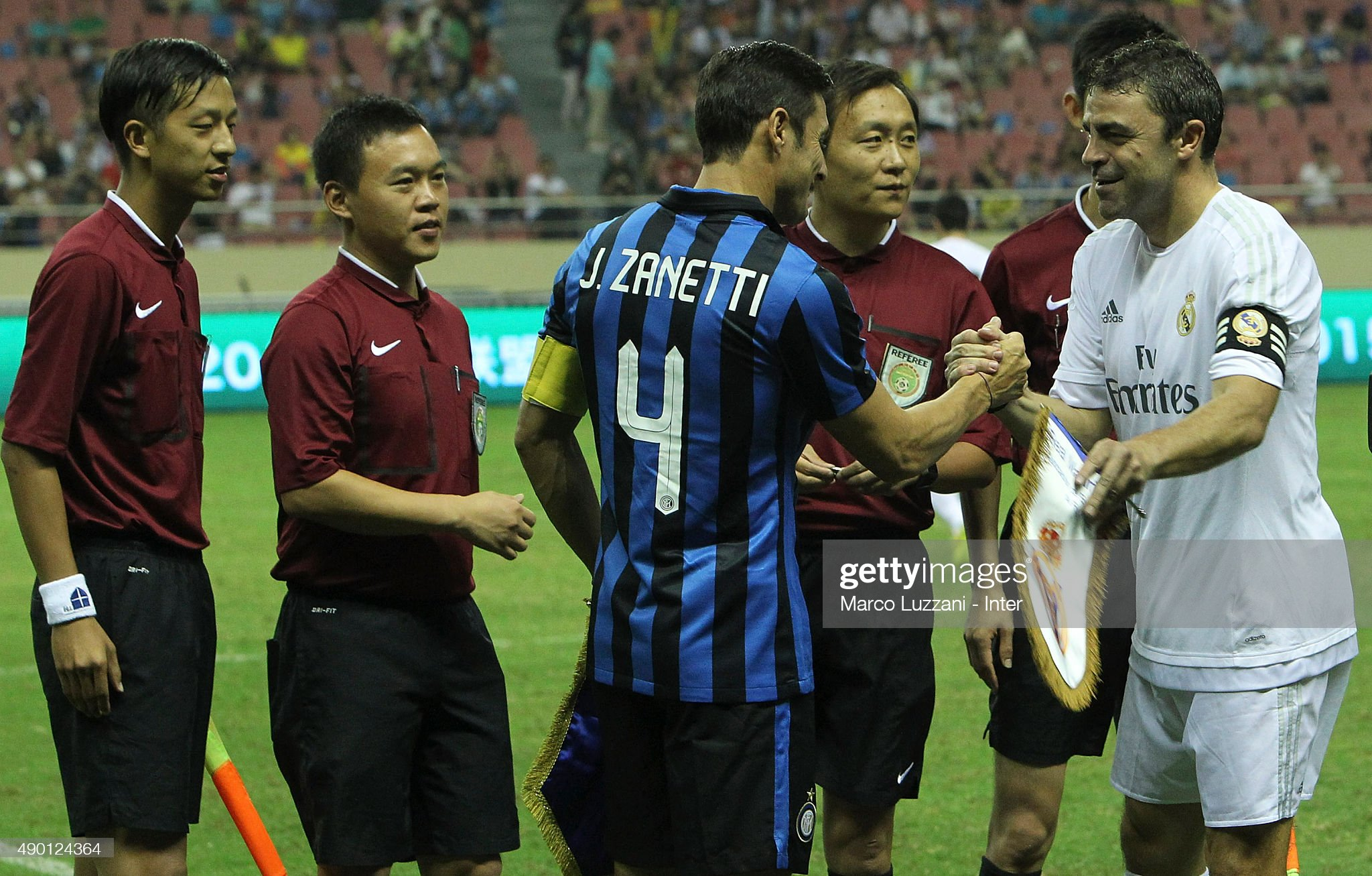 ¿Cuánto mide Manolo Sanchis? - Altura Javier-zanetti-of-inter-forever-shakes-hands-with-manuel-sanchis-of-picture-id490124364?s=2048x2048