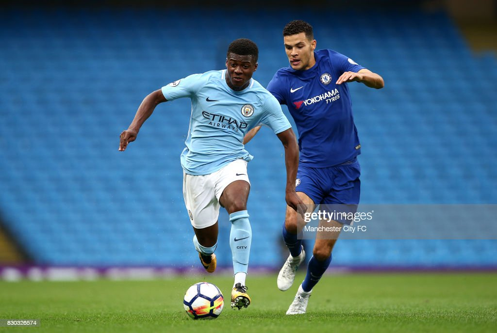 Fotos e imgenes de manchester city v chelsea premier league 2 javiro dilrosun of manchester city battles with isaac christie davies of chelsea during the premier voltagebd Image collections