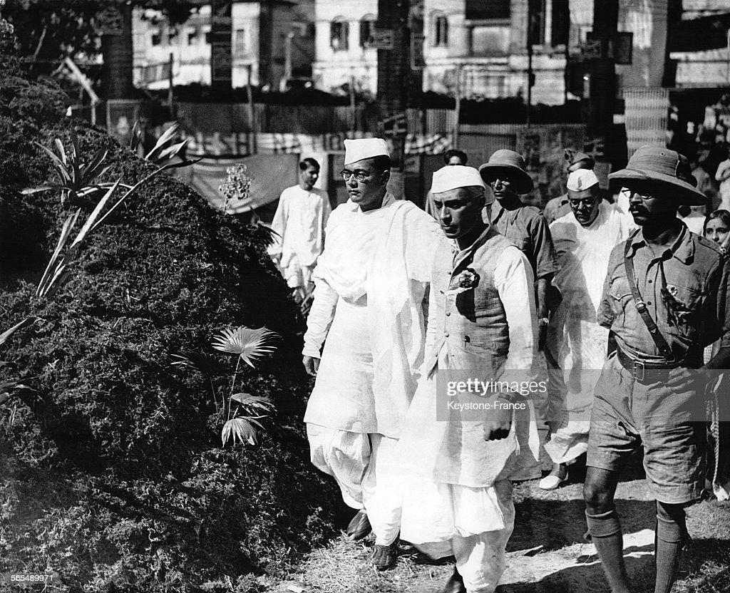 Jawaharlal Nehru et Subhas Chandra Bose avec des soldats, en Inde, le 1er novembre 1937.