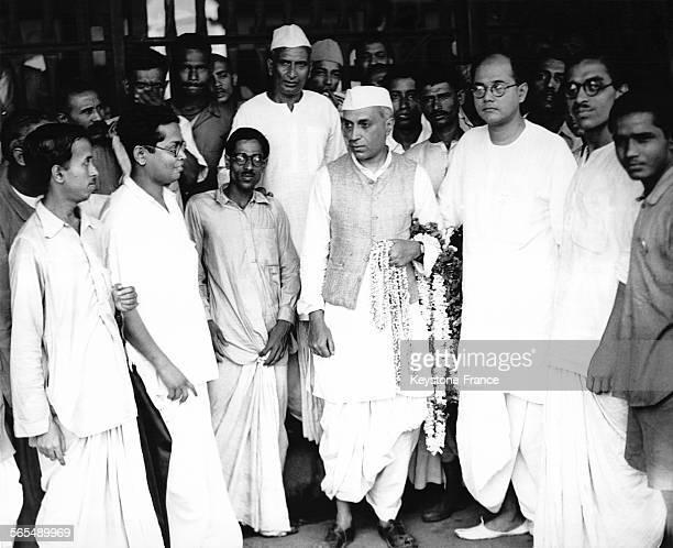 Jawaharlal Nehru et Subhas Chandra Bose entourés d'indépendantistes indiens en Inde le 7 avril 1930