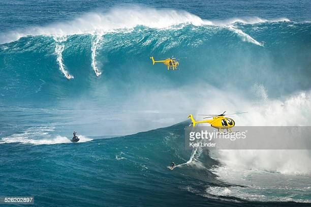 jaws big wave surfers and helicopters peahi - big wave surfing stock pictures, royalty-free photos & images