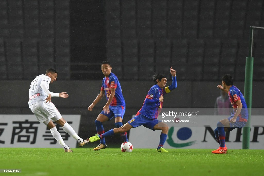 Jay Bothroyd of Consadole Sapporo scores the opening goal during the J.League J1 match between FC Tokyo and Consadole Sapporo at Ajinomoto Stadium on October 21, 2017 in Chofu, Tokyo, Japan.