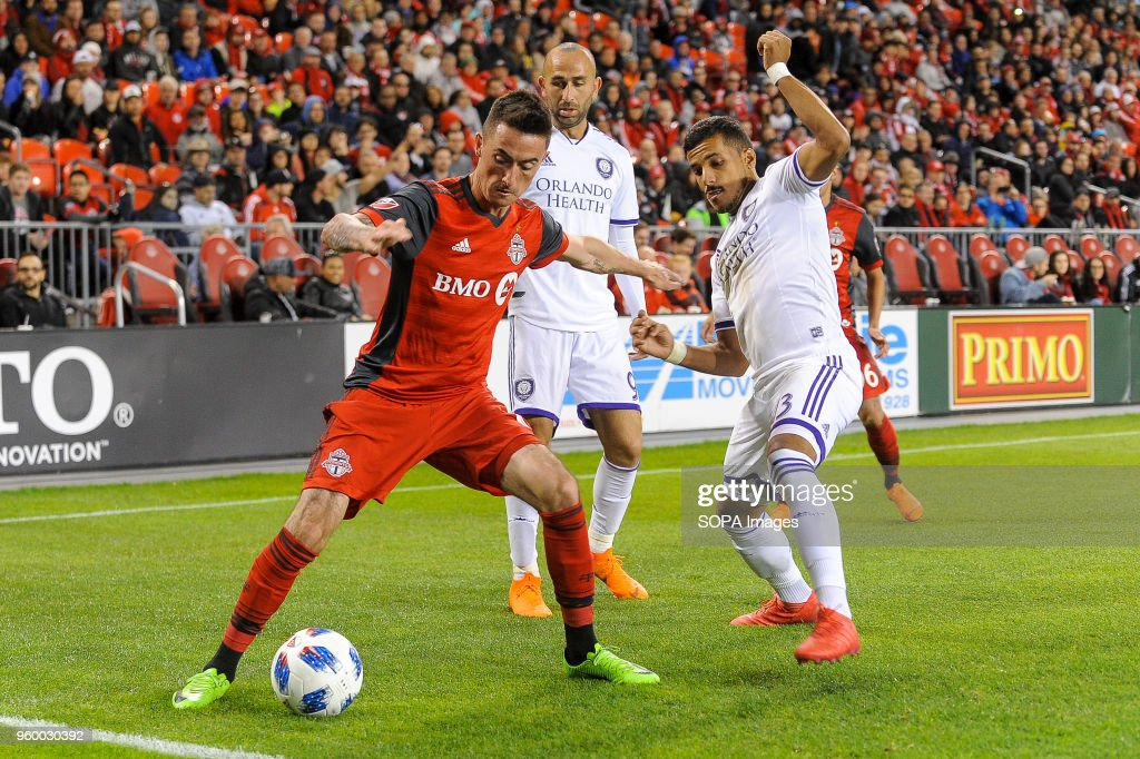 Jay Chapman (L) tried to get the ball during 2018 MLS... : Nachrichtenfoto