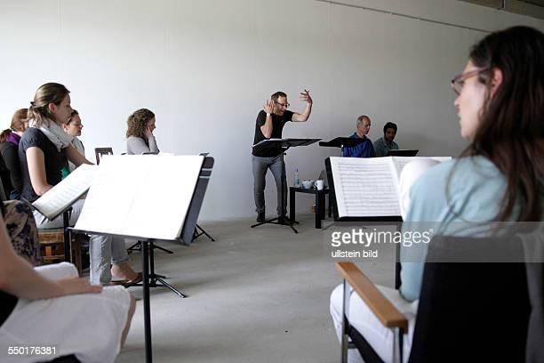 Jay Schwartz hat für den Romanischen Sommer 2013 speziell eine Kölner Fassung seines im letzten Jahr uraufgeführten Werkes Zwielicht entwickelt Es...