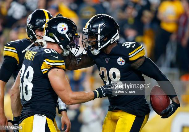 Jaylen Samuels of the Pittsburgh Steelers celebrates with Nick Vannett after rushing for a 2 yard touchdown in the third quarter against the...