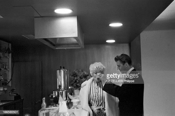 Jayne Mansfield At The 11Th Cannes Film Festival 1958 Cannes mai 1958 A l'occasion du 11ème Festival international du film devant un comptoir de bar...