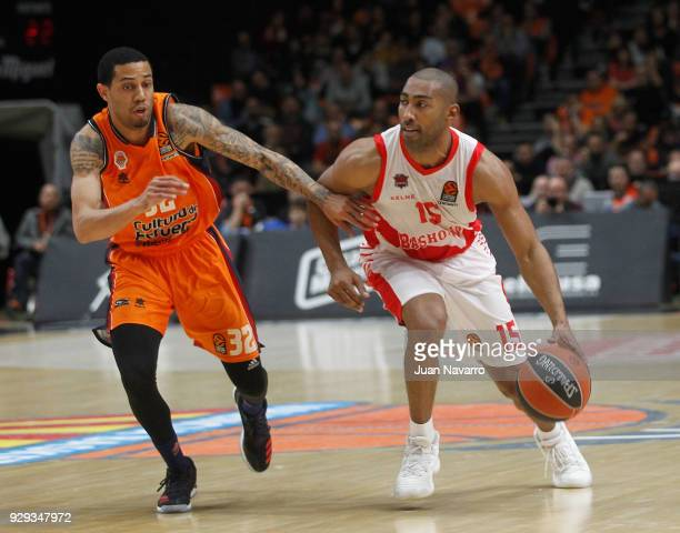 Jayson Granger #15 of Baskonia Vitoria Gasteiz competes with Erick Green #32 of Valencia Basket during the 2017/2018 Turkish Airlines EuroLeague...