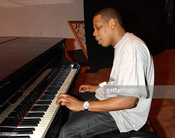 JayZ playing piano backstage at the Apollo Theatre