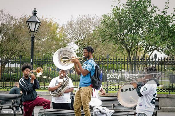 músicos de jazz busk, de jackson square, new orleans - theasis fotografías e imágenes de stock