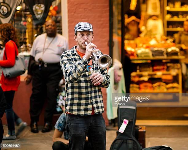 jazz-musiker busk im french quarter von new orleans - theasis stock-fotos und bilder