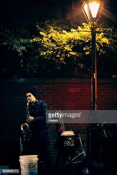des musiciens de jazz busk dans le quartier français de la nouvelle-orléans - theasis photos et images de collection