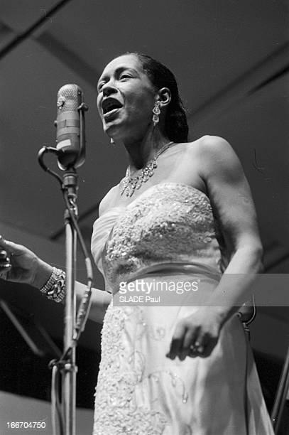 Jazz Singer Billie Holiday En 1959 la chanteuse de jazz américaine Billie HOLIDAY chantant devant un micro durant un concert vue en contre plongée