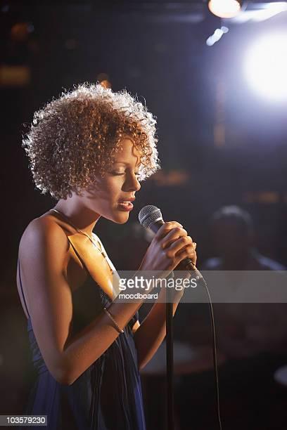 jazz singer on stage, profile - sängerin stock-fotos und bilder