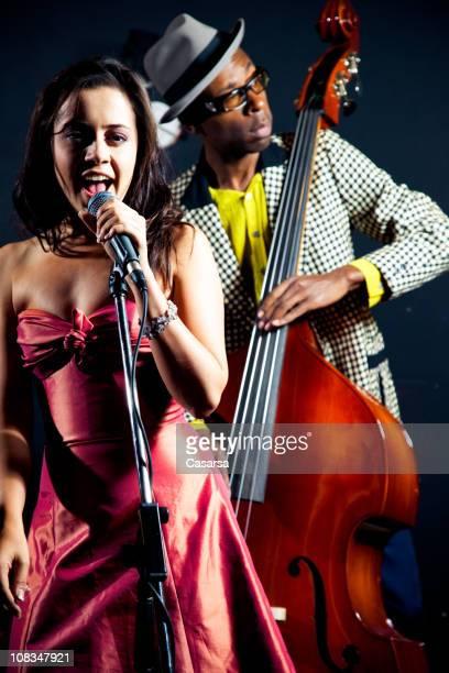 jazz singer - club singer fotografías e imágenes de stock