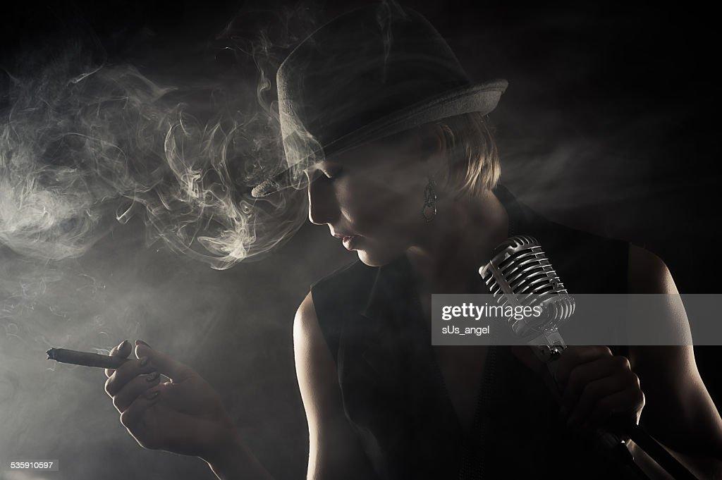 Cantora de jazz com Charuto e microfone : Foto de stock