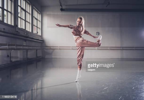 jazzy bewegt sich im ballettstudio, vertikale verschüttete. - ballettstudio stock-fotos und bilder