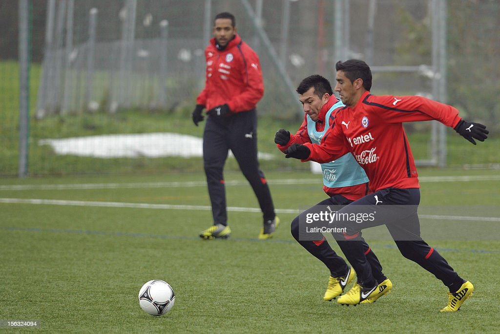Jean Beausejour (L), Gary Medel (C) and Osvaldo Gonzalez (R) of Chile during a training at Spiserwies stadium November 13, 2012 in Sait Gallen, Switzerland. Chile will play a friendly match against Serbia on November 14th.