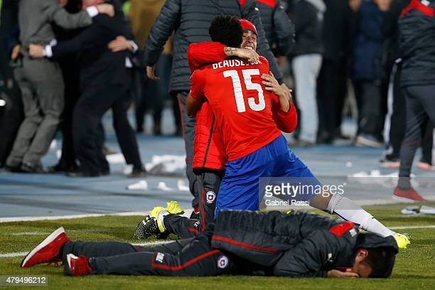 Jean Beausejour of Chile celebrates after winning the 2015 Copa America Chile Final match between Chile and Argentina at Nacional Stadium on July 04...
