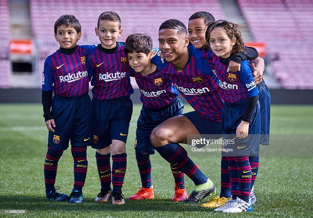 FC Barcelona Unveil New Signing Jean-Clair Todibo : ニュース写真