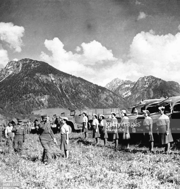 Jean de Lattre de Tassigny accompagné du Général Charles de Gaulle saluent le personnel féminin des Armées en mai 1945 à Oberstdorf Allemagne