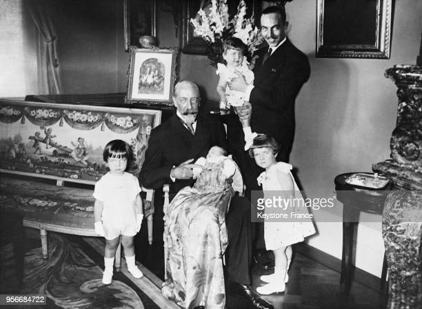 Jean d'Orléans duc de Guise tient sur ses genoux son petitfils le prince François de France le comte de Paris tient dans ses bras sa deuxième fille...