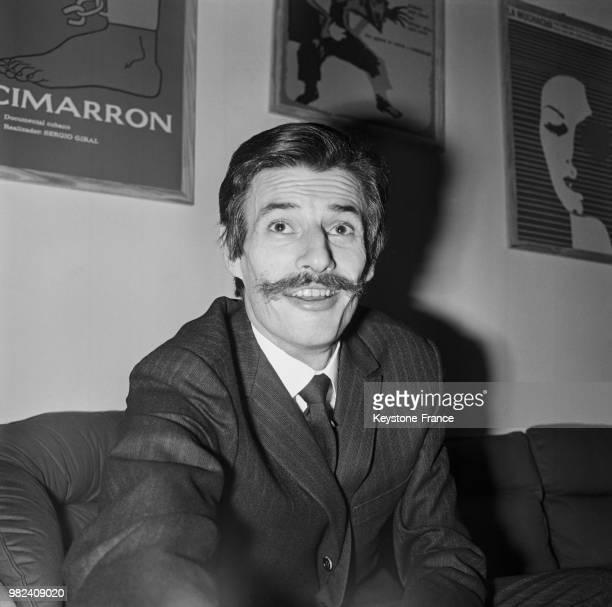 Jean Ferrat donnant une conférence de presse au sujet de la censure dont il est victime à l'ORTF en France le 27 mars 1969