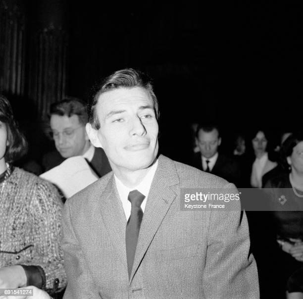 Jean Ferrat recevant le Grand prix international du disque 1964 de l'Académie Charles Cros au palais d'Orsay à Paris France le 12 mars 1964