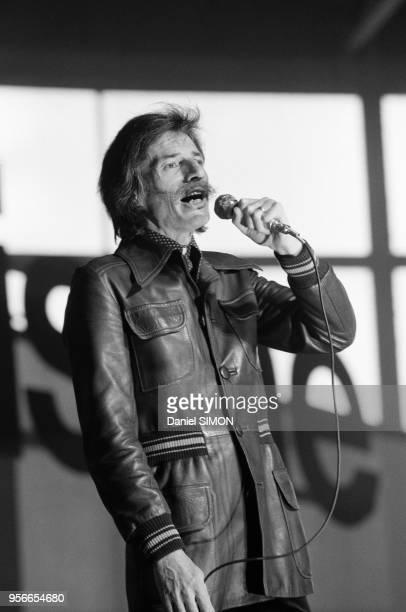 Jean Ferrat sur scène lors du 22e congrès du Parti communiste français le 8 février 1976 à Paris France