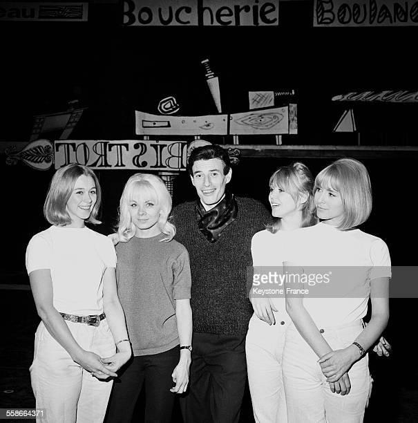 Jean Ferrat vedette du spectacle mise en scène par JeanChristophe Averty avec Isabelle Aubret à Paris France le 7 janvier 1965