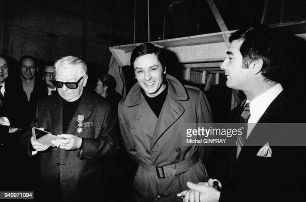 Jean Gabin accompagné d'Alain Delon et JeanClaude Brialy est décoré de l'Ordre National du Mérite lors du tournage du film 'L'Année sainte' de Jean...