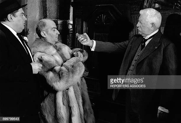 Jean Gabin Louis de Funès et Paul Mercey lors du tournage du film 'Le Tatoué' de Denys de La Patellière en 1968 en France