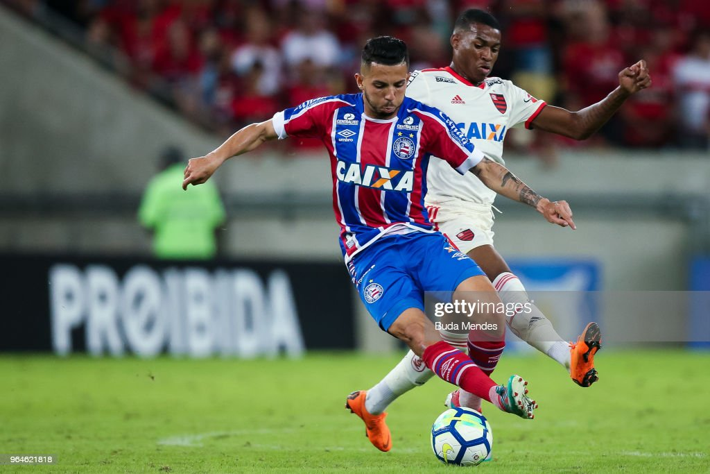 Jean Lucas (R) of Flamengo struggles for the ball with of Bahia during a match between Flamengo and Bahia as part of Brasileirao Series A 2018 at Maracana Stadium on May 31, 2018 in Rio de Janeiro, Brazil.