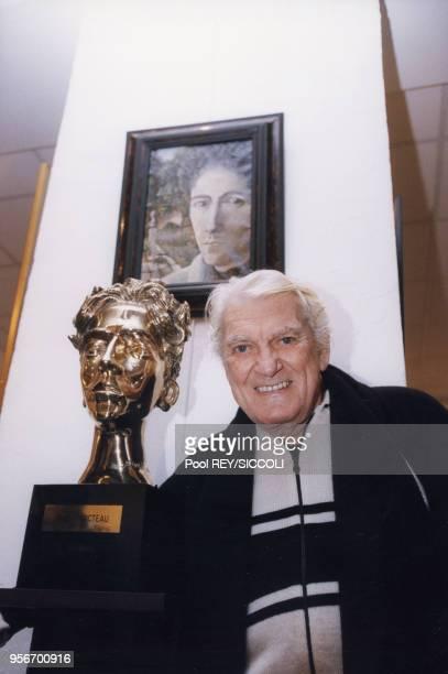 Jean Marais dans sa maison de Vallauris à côté d'un buste et d'un portrait de Jean Cocteau en décembre 1997 France