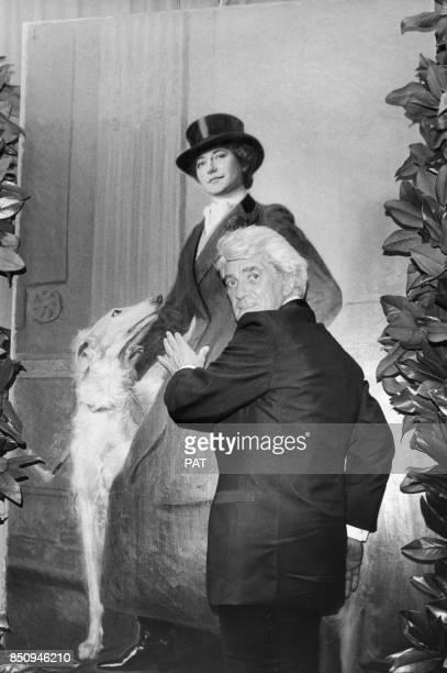 Jean Marais touche un tableau représentant l'actrice Gabriele Dorziat le 12 septembre 1979 à Biarritz France
