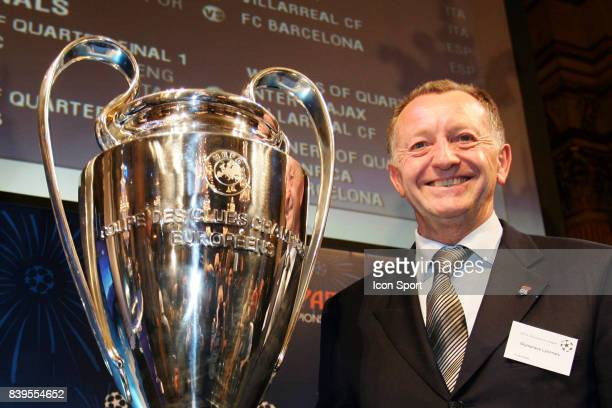 Jean Michel AULAS et le trophee de la Champions League Tirage au sort de la Champions League Mairie de Paris