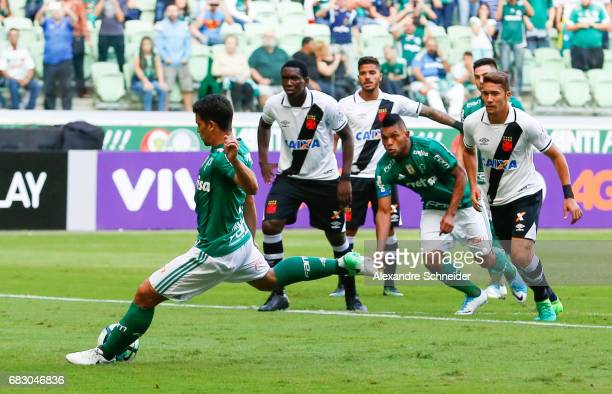 Jean of Palmeiras scores their first goal during the match between Palmeiras  and Vasco da Gama 20e979962b748