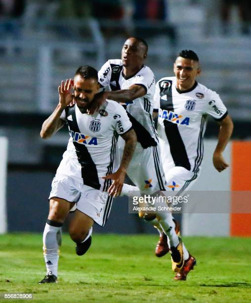 Jean Patrick of Ponte Preta celebrates their first goal with his team mates during the match between Ponte Preta and Flamengo for the Brasileirao...