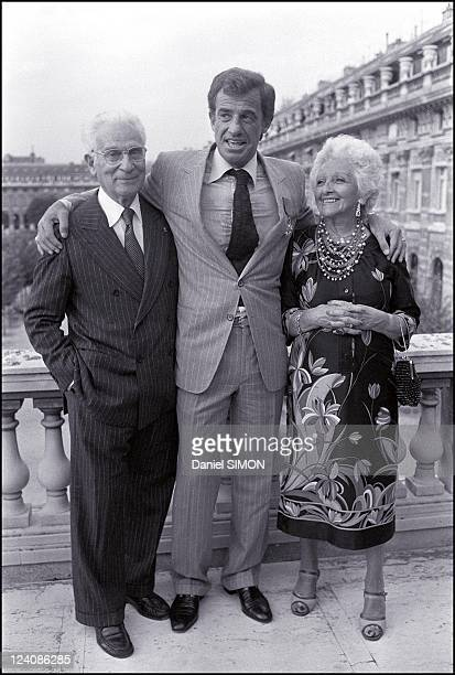 Jean Paul Belmondo and his parents in Paris France on September 23 1980 JeanPaul Belmondo had trouble hidding his emotion when the Minister of...