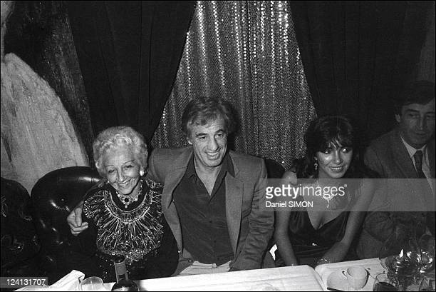 Jean Paul Belmondo celebrates the success and video of Le professionel In France In December 1981 With mother Madeleine and Carlos Sotto Mayor