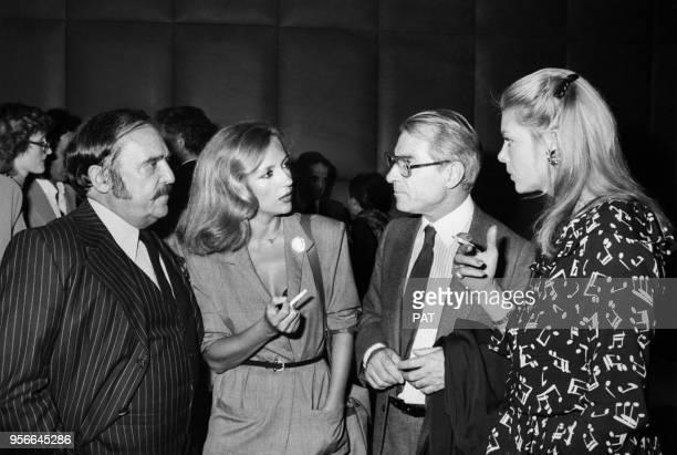 Jean Poiret et Caroline Cellier avec JeanMarc Thibault et Sophie Agacinsky lors d'une première en septembre 1980 à Paris France