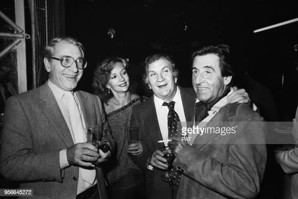 Jean Poiret et Caroline Cellier avec Pierre Mondy et Jean Lefebvre lors d'une première le 5 octobre 1982 à Paris France