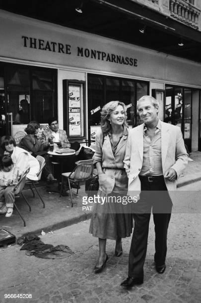 Jean Poiret et Caroline Cellier marchent dans une rue de Montparnasse le 2 septembre 1982 France