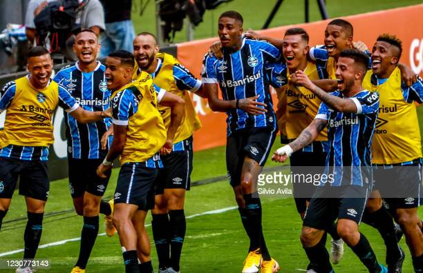 Jean Pyerre of Gremio celebrates with teammates after scoring the first goal of their team during the match against Internacional as part of...