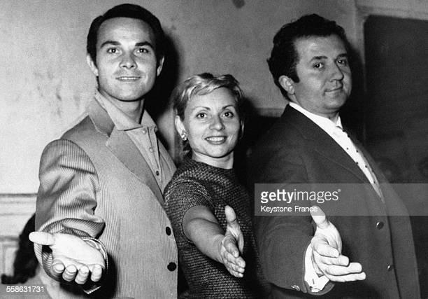 Jean Richard Annie Cordy et Pierre Miquel dans une scène de Tête de Linotte au cours d'une répétition à Paris France le 21 novembre 1957