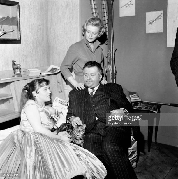 Jean Richard Nicole Courcel et Sophie Daumier sur le tournage du film en France le 16 février 1957