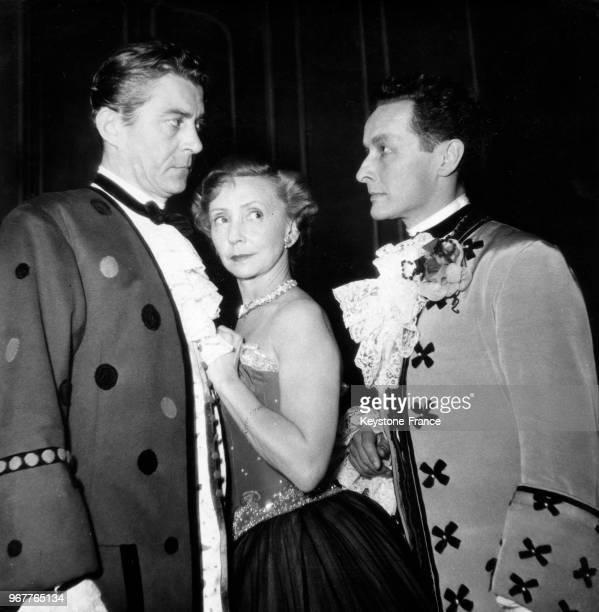 Jean Servais Madeleine Renaud et JeanLouis Barrault sur la scène du théâtre Marigny à Paris France le 26 octobre 1950
