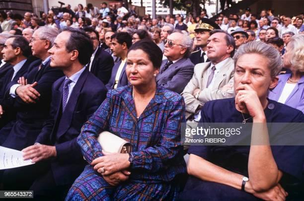 Jean Tiberi Simone Veil et Elisabeth Badinter lors du 50e anniversaire du Vel d'Hiv le 17 juillet 1992 à Paris France