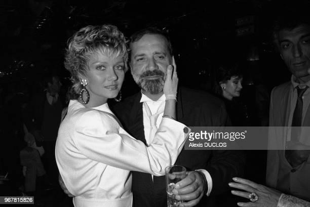 Jean Yanne et sa compagne Mimi Coutelier fêtent la sortie du film 'Liberté Egalité Choucroute' chez Régine à Paris le 24 avril 1985 France